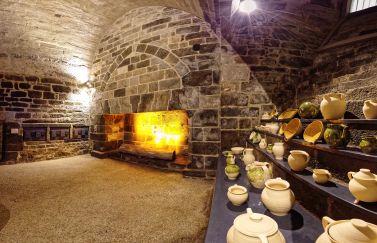chateau dinan bretagne cote armor visite visiteur enfant animation guidée atelier manipulation expérience expérimentation cuisine épice tissu moyen âge costume poterie